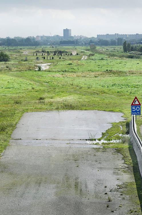 Nederland Delft 17-09-2010 20100917     A4 Delft - Schiedam wordt definitief verlengd,  er  is begin deze maand officieel besloten tot de aanleg van het stuk snelweg waarover zo'n vijftig jaar is gesproken. Rijkswaterstaat en het ministerie van VWS hebben dat laten weten.Over de nieuwe verkeersader wordt al decennialang gesteggeld, vooral omdat de weg het natuurgebied Midden-Delfland doorboort...De zeven kilometer asfalt tussen Delft en Schiedam doorkruist straks verdiept of via een tunnel het natuurgebied tussen de twee steden. Het belangrijkste pluspunt is dat de A13 wordt ontlast. Op rijksweg A13 staat dagelijks de voor de economie schadelijkste file van Nederland. Met het project A4 Delft-Schiedam willen lokale en regionale overheden en het Rijk de problemen rond bereikbaarheid en leefbaarheid op en rond de A13 en de A4 Delft-Schiedam oplossen, ook de bereikbaarheid van de Maasvlakte wordt zo verbeterd. Randstad.  ontlasting wegennet. Midden Delftland. , ruimtelijke planning, ruimtelijke visie, ruraal, rurale omgeving, rustiek, rustieke, rustieke omgeving, rustig, rustige, schadelijk, schadelijk voor milieu, schaden, snelweg, snelwegen, spoor, stil, terrein, toekomst, toekomstige plannen, toekomstplannen, tracé, traject, transport, uitgestrektheid, verbinding, verbindingen, vergezicht, vergezichten, verkeer en vervoer, verkeer en waterstaat, verkeersader, verkeersaders, verkeersdruk, verkeersnet, vernieuwing, vervoer, vewezenlijken, weg, wegen, wegenbouw, wegennet, wegnet, wegverbinding, wei, weide, wijds, wijdsheid