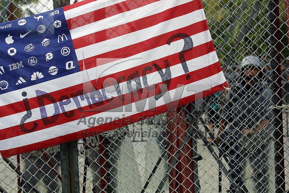 Cancun, M&eacute;x.- Con barricadas de acero policias resguardan el desarrollo de los trabajos en el segundo dia de la cumbre de la Organizacion Mundial de Comercio OMC. Agencia MVT / Mario Vazquez de la Torre. (DIGITAL)<br /> <br /> NO ARCHIVAR - NO ARCHIVE