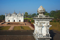 Inde, Bengale-Occidental, Murshidabad ancienne capitale du Bengale, les jardins et la mosquee Khushbagh (jardin du bonheur) // India, West Bengal, Murshidabad, former capital of Bengal, mosque and garden Khushbagh (happiness garden)