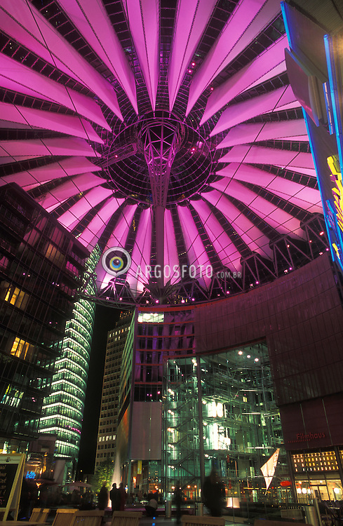 Berlin,Alemanha.abril/2002. Berlin, Germany..Sony Center, Potsdamer Platz, construcao 1989 a 2000, arquiteto Helmut Jahn..Roof of  Sony Center, Potsdamer Platz, square. Constructed by architect  Helmut Jahn..Foto Adri Felden/Argosfoto