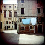 Italie, Venise, Castello..Etendage de draps dans une ruelle..© Jean-Patrick Di Silvestro