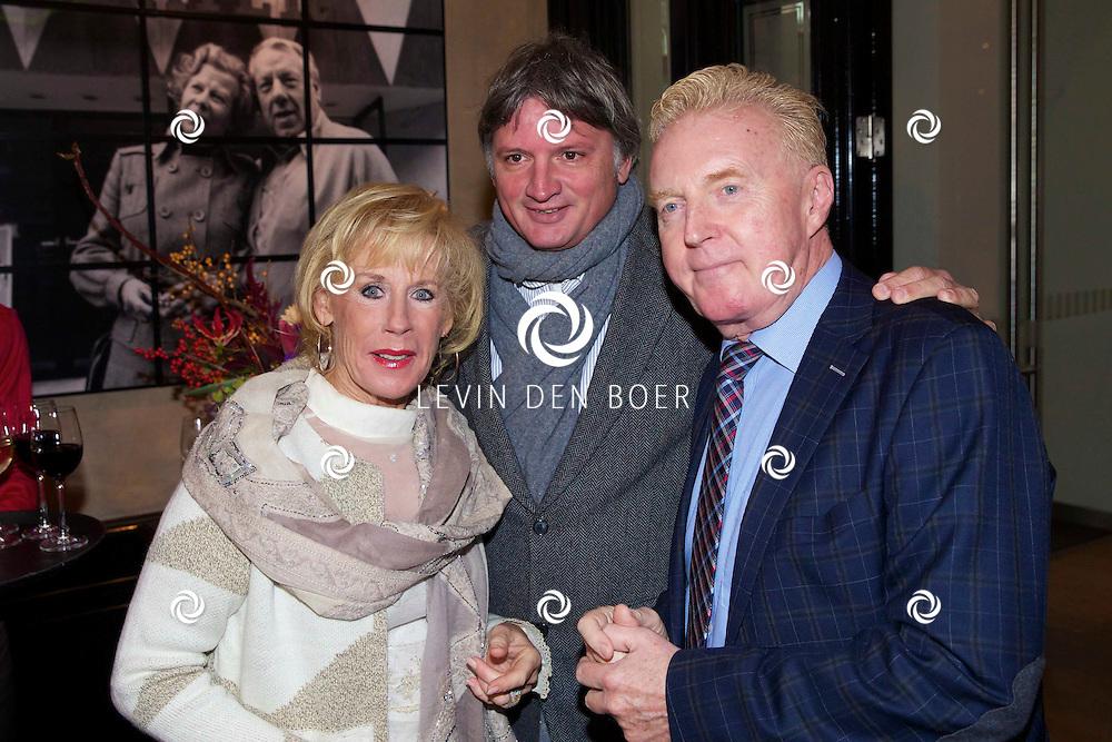 AMSTERDAM - In theater DeLaMar hield meneer en mevrouw de Bok een boekpresentatie. Met hier op de foto Joke Bruijs en haar partner Frits Landesbergen met André van Duin. FOTO LEVIN DEN BOER - PERSFOTO.NU