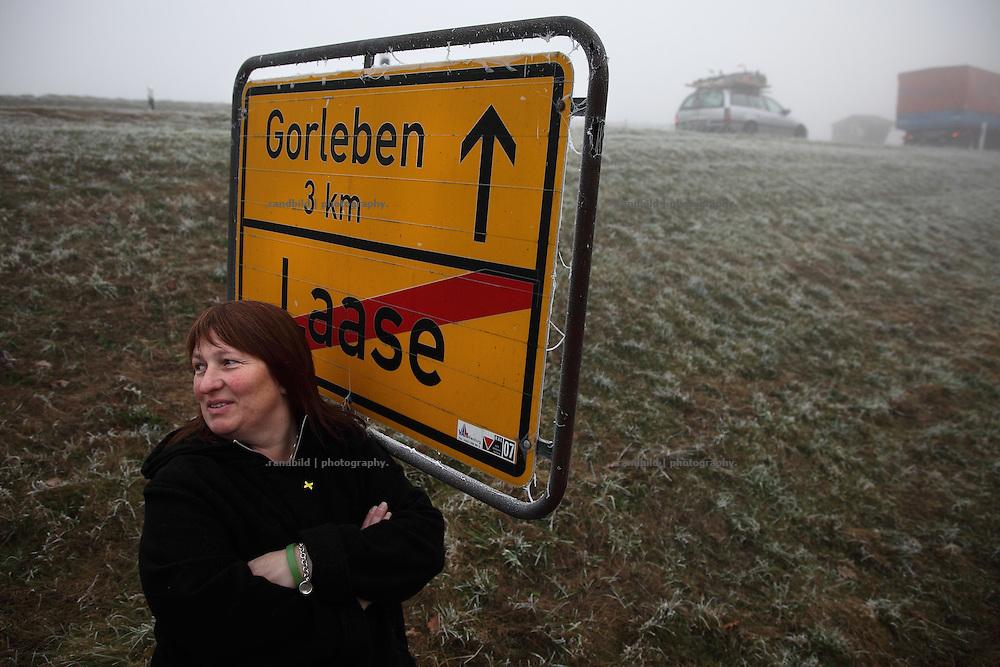 Kerstin Rudek, Vorsitzende der Bürgerinitiative Umweltschutz, wohnt an der Castorstrecke (Bildhintergrund) und arbeitet zur Zeit full time für den Widerstand.