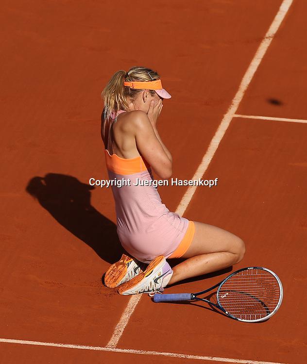 French Open 2014, Roland Garros,Paris,ITF Grand Slam Tennis Tournament, Damen Endspiel,<br /> Siegerin Maria Sharapova  (RUS) schlaegt die Haende vors Gesicht und geht<br /> in die Knie,Einzelbild,Ganzkoerper,Hochformat, von oben,