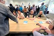 Nederland, Nimegen, 30-5-2016Onder begeleiding en regie van Nijmeegsae Annie opent Ton Heerts het eerste vakbondshuis van Nederland in Nijmegen. In de loop van de komende twee jaar zullen in Nederland minimaal 35 vakbondshuizen hun deuren openen.Het vakbondshuis wordt een echte ontmoetingsplaats voor leden en potentiële leden van de FNV. Het heeft een inloopspreekuur voor leden, maar ook niet leden kunnen er terecht met hun eerste vragen over werk en inkomen. Ook krijgen FNV leden loopbaanadvies en er is een belastingservice . Het wordt dé vergaderlocatie  en actielocatie voor FNV leden en werknemers. Ook wethouder Turgay Tankir van sociale zaken was aanwezig FOTO: FLIP FRANSSEN/ HH
