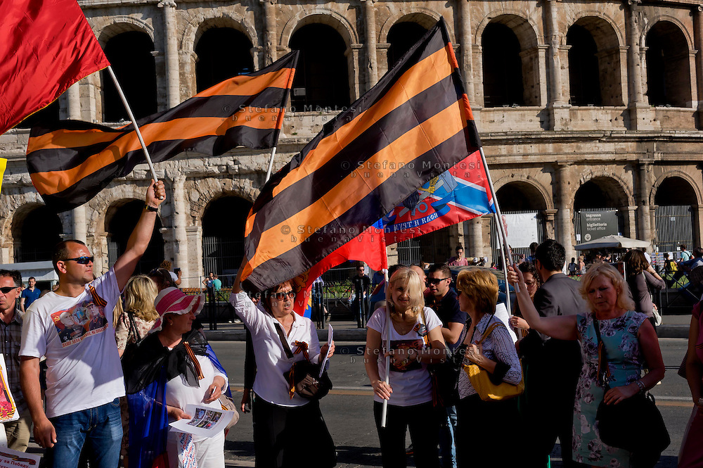 Roma 9 Maggio 2015<br /> La comunità russa a Roma a celebrato il 70° anniversario della  vittoria sulla Germania nazista nella guerra del 1941-1945,  al Colosseo.  Il nastro di San Giorgio (i cui colori sono arancione e nero) utilizzato dalla Milizia del Donbass<br /> Rome, May 9, 2015<br /> The Russian community in Rome to celebrate the 70th anniversary of victory over Nazi Germany in the war of 1941-1945, in front of the Colosseum.The Ribbon of Saint George (whose colors are Orange and Black) used by the Donbass People's Militia.