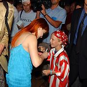 Premiere Stille Nacht, Victoria Koblenko geeft handtekening aan kleine fan