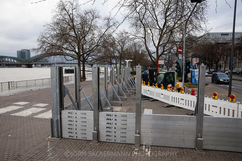 Cologne, Germany, 7. January 2018, flood of the river Rhine, mobile flood protection wall at the street Konrad-Adenauer-Ufer. <br /> <br /> K&ouml;ln, Deutschland, 7. Januar 2018, Hochwasser des Rheins, mobile Hochwasserschutzwand am Konrad-Adenauer-Ufer.