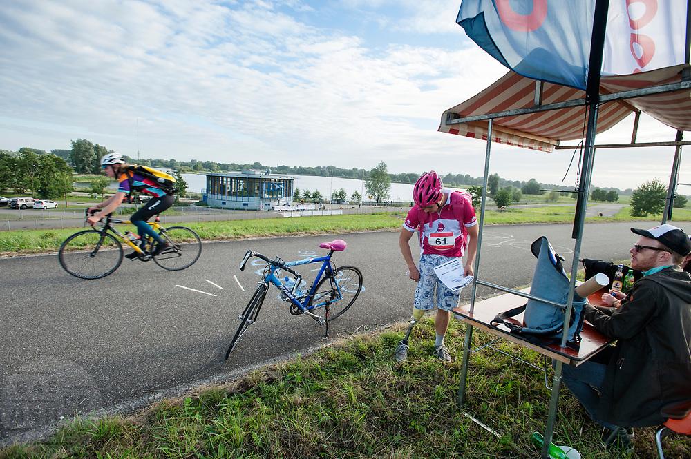Een bezorger van Foodora haalt zijn opdracht op bij een checkpoint. In Nieuwegein wordt het NK Fietskoerieren gehouden. Fietskoeriers uit Nederland strijden om de titel door op een parcours het snelst zoveel mogelijk stempels te halen en lading weg te brengen. Daarbij moeten ze een slimme route kiezen.<br /> <br /> A messenger of Foodora picks up his assignment at a checkpoint. In Nieuwegein bike messengers battle for the Open Dutch Bicycle Messenger Championship.