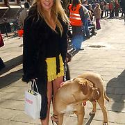 NLD/Amsterdam/20070308 - Stilettorun 2007 Amsterdam, deelneemster op hoge hakken met aangeklede hond