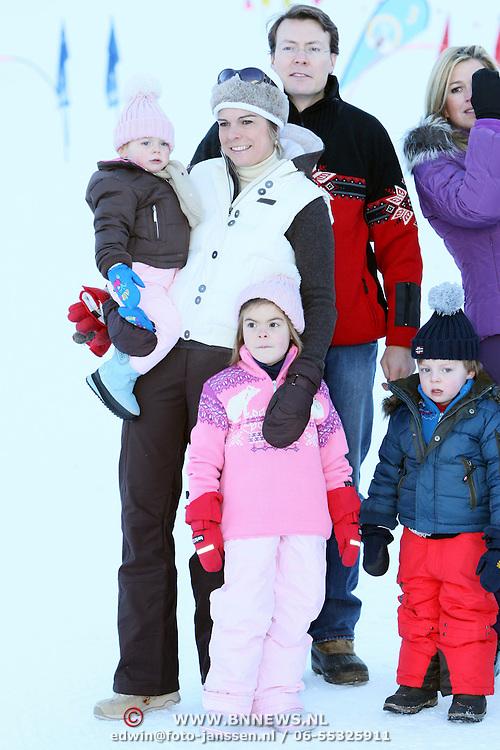 AUT/Lech/20080210 - Fotosessie Nederlandse Koninklijke familie in lech Oostenrijk, prins Constatntijn en partner laurentien met kinderen Eloise, Claus-Casimier en Leonore