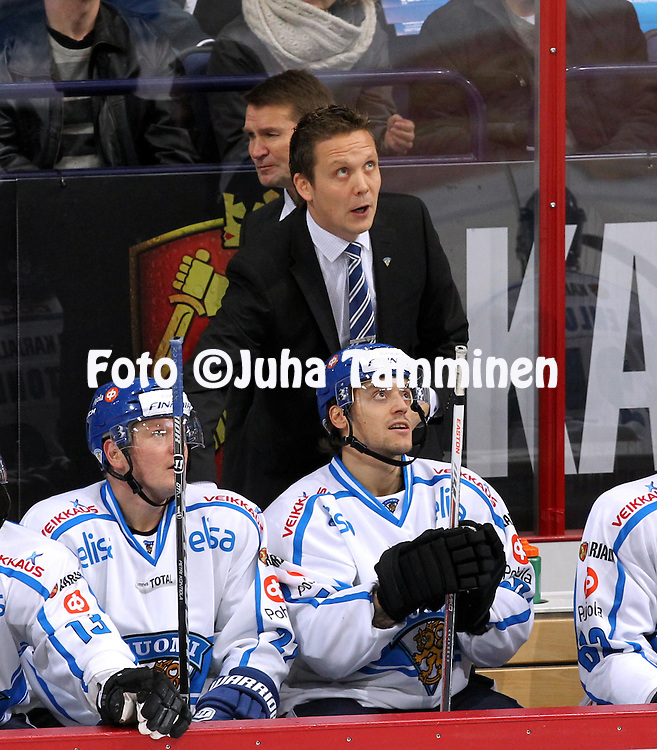 7.11.2011, Hartwall-Areena, Helsinki, Finland.<br /> Euro Hockey Tour - Karjala-turnaus 2013. <br /> Suomi - Ven&auml;j&auml; / Finland v Russia.<br /> Kakkosvalmentaja Lauri Marjam&auml;ki, Petri Kontiola &amp; Juhamatti Aaltonen Suomen aitiossa. Takana p&auml;&auml;valmentaja Erkka Westerlund.