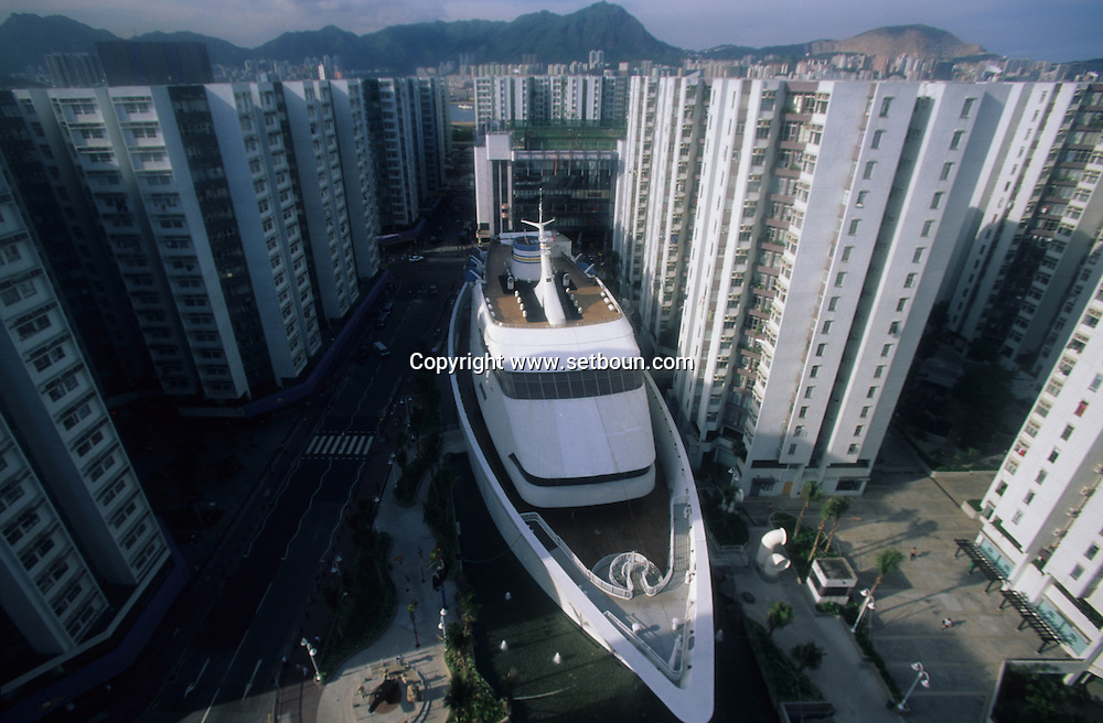 Hong Kong. wampoa garden, shopping mall in a fake boat in the middle of Hung hom social housing, ,     / le centre commercial wampoa garden dans un faux bateau au milieu díun quartier populaire.  / L3159  / 319177/20