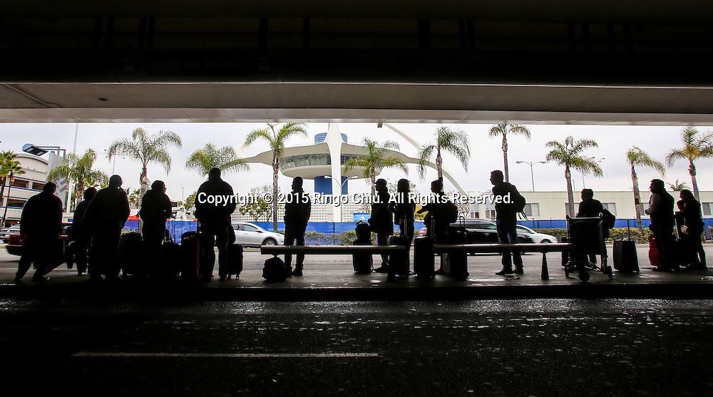 12月22日,在美国洛杉矶国际机场,抵达旅客等待乘车。根据南加州汽车俱乐部(Automobile Club of Southern California) 发表最新报告,在圣诞新年假期期间(12月23日至1月3日),全加州将创纪录有1230万民众出游50英里以上的目的地,其中南加州将佔760万民众。洛杉矶国际机场官员同时表示,他们亦预计有创纪录350万人次在假日期间使用机场往返国内国外,比去年同期增加7.9%,将使洛杉矶国际机场成为全美最繁忙的机场。新华社发 (赵汉荣摄)<br /> Arriving passengers wait for a ride outside Los Angeles International Airport on Tuesday, December 22, 2015 in Los Angeles, the United States. A record 12.3 million California residents -- 7.6 million of them from Southern California -- will travel 50 miles or more between Dec. 23 and Jan. 3, the Automobile Club of Southern California said. Los Angeles International Airport officials, meanwhile, said they expect a record 3.5 million passengers to pass through the airport during the holiday travel season, up 7.9 percent from last year. That would make LAX the nation's busiest over the holidays, officials said. (Xinhua/Zhao Hanrong)(Photo by Ringo Chiu/PHOTOFORMULA.com)<br /> <br /> Usage Notes: This content is intended for editorial use only. For other uses, additional clearances may be required.