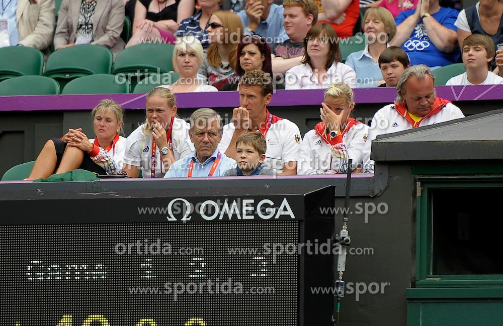 02.08.2012, Olympische Sommerspiele 2012 in London, Tennis in Wimbledon, Damen Viertelfinale,  Die Betreuer und Trainerbox von Angelique Kerber (GER) auf dem Centre-Court. vorne Mitte: Georg Freiherr von Waldenfels, Ex-DTB-Präsident...*Copyright by:  M.i.S.-Sportpressefoto, I N N S B R U C K E R S T R . 12, 87719 M I N D E L H E I M, Tel: 08261/20944,  (MAIL: misbernd@t-online.de, Homepage: www.mis.mn)