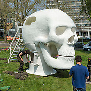 Amsterdam, 06-05-2013. De eerste kunstwerken ARTZUID, de Internationale Sculpture Route van 22 mei t/m 22 september, zijn geplaatst op de Apollolaan te Amsterdam, ter hoogte van het Hilton Hotel. Op de foto: The Wellness Skull van atelier Van Lieshout.