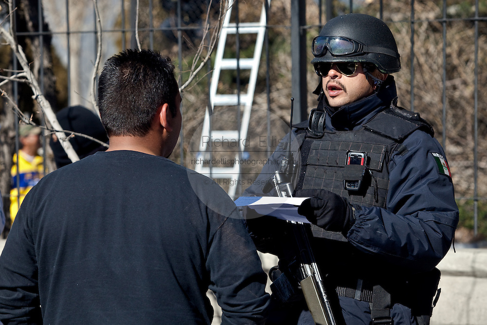 Mexican Federal Police question a driver during a random check of vehicles in Juarez, Mexico January 15, 2009. An ongoing drug war has already claimed more than 40 people since the start of the year. More than 1600 people were killed in Juarez in 2008, making Juarez the most violent city in Mexico.    (Photo by Richard Ellis)