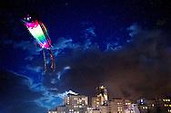 SCHEVENINGEN - Een vlieger die is voorzien van lampjes hangt boven het strand van Scheveningen tijdens de 34e editie van het Vliegerfestival. Tijdens het tweedaagse evenement zijn vliegers in alle soorten en maten te zien boven de badplaats. Het is voor het eerst dat er nu ook 's avonds verlichte vliegers zijn te zien.