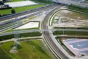 Nederland, Barendrecht, Eerste Barendrechtseweg, 08-09-2006;  voltooide Betuweroute, infrastructuur knooppunt, gezien richting autosnelweg A15, het hoofdspoor van de Betuweroute is gekomen op de plaats van de vroegere havenspoorlijn (vlnr in het midden: een van de verbindingen tussen de goederenspoorlijn en het reguliere spoor); door de vele railinfrastructuur (en de gevolgen voor geluid en milieu) hebben de huizen langs de Eerste Barendrechtseweg moeten verdwijnen, wat blijft is een restgebied - een bedrijventerrein is in aanleg (rechtsonder); de rest van het gebeid is restruimte ook aangeduid als overhoeks; bouw, transport, infrastructuur, verkeer en vervoer, mobiliteit, Betuwlijn, planologie; zie ook andere foto's van deze lokatie; deel van de serie Panorama Nederland luchtfoto (toeslag); aerial photo (additional fee required); .foto Siebe Swart / photo Siebe Swart
