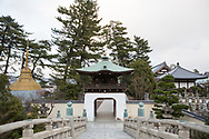 Entr&eacute;n till tempel nummer 75 Zentsū-ji. <br /> <br /> Pilgrimsvandring till 88 tempel p&aring; japanska &ouml;n Shikoku till minne av den japanske munken Kūkai (Kōbō Daishi). <br /> <br /> Fotograf: Christina Sj&ouml;gren<br /> Copyright 2018, All Rights Reserved<br /> <br /> <br /> Temple number 75, Zentsū-ji (善通寺) of the Shikoku Pilgrimage, 88 temples associated with the Buddhist monk Kūkai (Kōbō Daishi) on the island of Shikoku, Japan