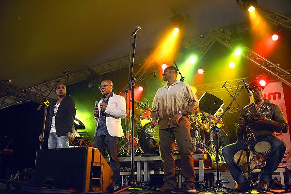 Nederland, Nijmegen, 24-5-2015MusicMeeting. Fesivalterrein in park Brakkenstein. Tradipioneel met pinksteren. Het mooie weer zorgde voor veel bezoekers en een goede sfeer. Optredens van acts, bands, artiesten uit de wereld muziek, worldmusic, zoals hier Timbazo. Mix van salsa dura en Cubaanse timba. Foto: Flip Franssen/Hollandse Hoogte
