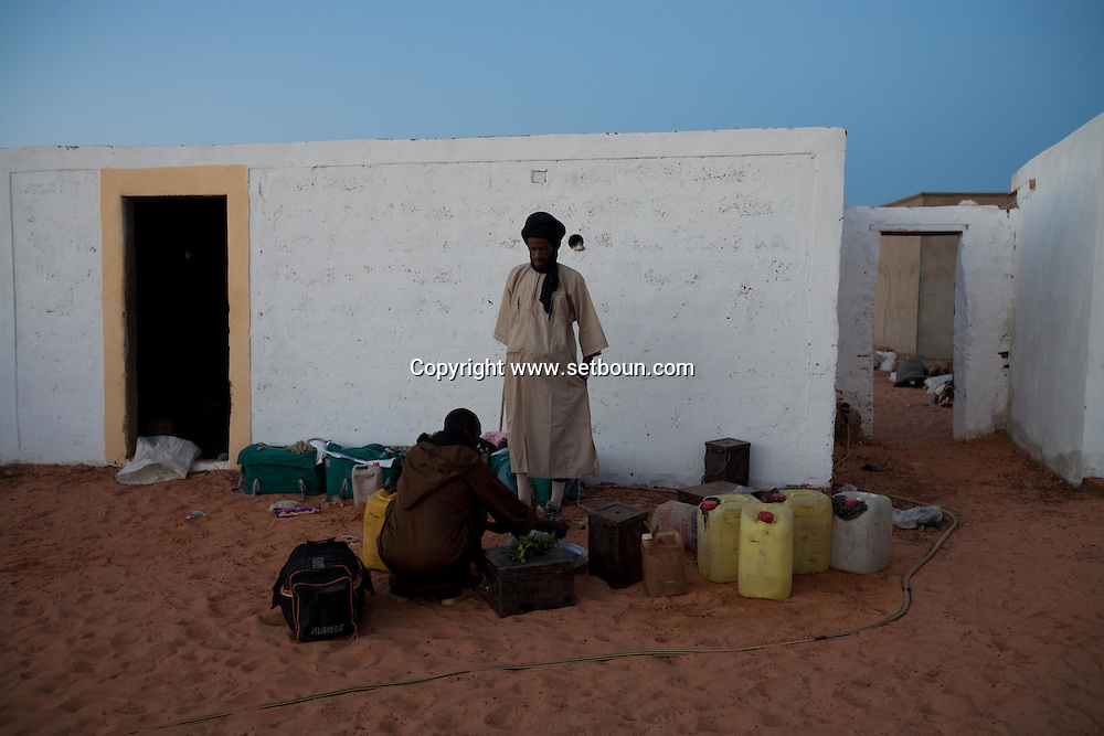 Chinguetti village in Erg Ouarane surrouded by dunes  Chinguetti.mauritania    .///.Chinguetti village  du Erg Ouarane ,  Chinguetti   la ville caravaniere de Chinguetti ancienne ville sainte.  .///..L0055698