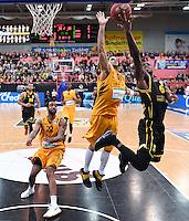 Basketball  1. Bundesliga  2016/2017  Hauptrunde  16. Spieltag  27.12.2016 Walter Tigers Tuebingen - MHP Riesen Ludwigsburg Kelvin Martin (re, Ludwigsburg) gegen Gary McGhee (Mitte, Tigers) und Stanton Kidd (li, Tigers)