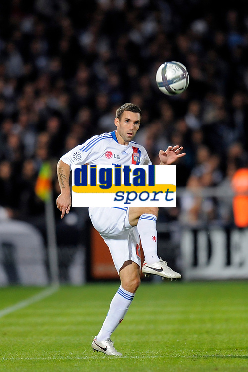 FOOTBALL - FRENCH CHAMPIONSHIP 2010/2011 - L1 - GIRONDINS BORDEAUX v OLYMPIQUE LYONNAIS - 19/09/2010 - PHOTO JEAN MARIE HERVIO / DPPI - ANTHONY REVEILLERE (OL)