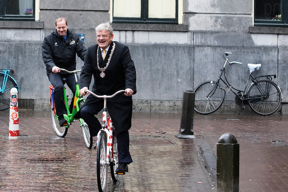 Burgemeester Jan van Zanen fietst op de bolletjesfiets samen met tourbaas Prudhomme op de groene fiets door de stad. In Utrecht is het aftellen begonnen voor de start van de Tour de France. Over 100 dagen start de grootste wielerronde ter wereld in de Domstad.<br /> <br /> <br /> Major Jan van Zanen cycles on the red dot jersey bike with UCI chief Prudhomme on the green jersey bike in the city center. In Utrecht, the countdown began for the start of the Tour de France. In 100 days the biggest cycling race in the world starts in the cathedral city.
