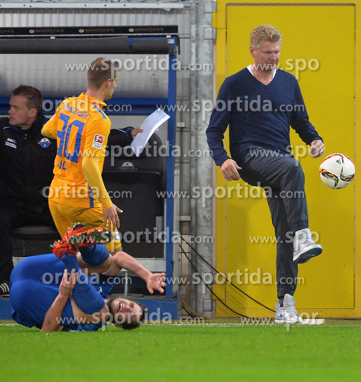16.10.2015, Benteler Arena, Paderborn, GER, 2. FBL, SC Paderborn 07 vs Eintracht Braunschweig, 11. Runde, im Bild Stefan Effenberg (Chef-Trainer SC Paderborn 07) (R) mit Ball, Hendrick Zuck (Eintracht Braunschweig) schaut zu, Michael Heinloth (SC Paderborn 07) (am Boden) // during the 2nd German Bundesliga 11th round match between SC Paderborn 07 and Eintracht Braunschweig at the Benteler Arena in Paderborn, Germany on 2015/10/16. EXPA Pictures &copy; 2015, PhotoCredit: EXPA/ Eibner-Pressefoto/ Sippel<br /> <br /> *****ATTENTION - OUT of GER*****
