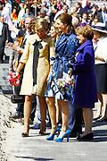 Koninginnedag 2012 in de Utrechtse gemeente Veenendaal. / Queensday 2012 in the city of Veenendaal.<br /> <br /> Op de foto:  Prinses Maxima , Prinses Aimee en Prinses Magriet