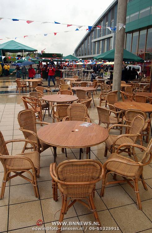 Koninginnedag 2002 Huizen, leeg terras door regen plein 2000