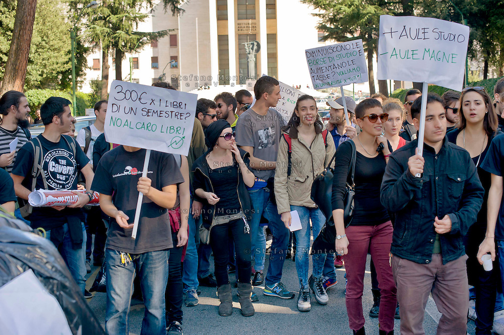 Roma 30 Ottobre 2014<br /> Protesta degli  studenti dei collettivi della Università Sapienza che contestano nel giorno in cui, nell'Aula Magna del Rettorato, avviene il passaggio di consegne tra il  rettore uscente Luigi Frati e il nuovo rettore Eugenio Gaudio, perchè cambia il rettore ma non gli interessi, l'università non è un'azienda.<br /> Rome October 30, 2014 <br /> Protest of the student movement of the Sapienza University who question the day when, in the Great Hall of the Rector, is the handover between the outgoing rector Luigi Frati and the new rector Eugene Gaudio, because it changes the rector but not the interest, the university is not a business.