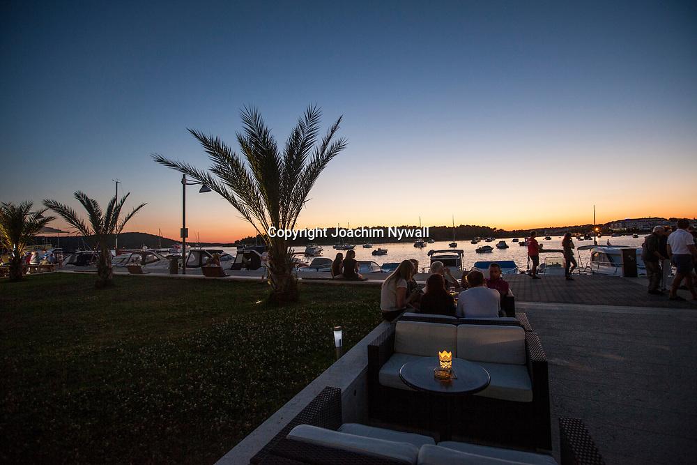 Medulin 2015 07 10 Kroatien<br /> Restauranger och barer vid strandpromenaden i Medulin<br /> ----<br /> FOTO : JOACHIM NYWALL KOD 0708840825_1<br /> COPYRIGHT JOACHIM NYWALL<br /> <br /> ***BETALBILD***<br /> Redovisas till <br /> NYWALL MEDIA AB<br /> Strandgatan 30<br /> 461 31 Trollh&auml;ttan<br /> Prislista enl BLF , om inget annat avtalas.