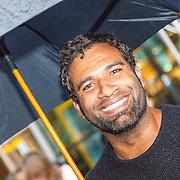 NLD/Amsterdam/20150518 - IMAX-première van X-Men: Apocalypse, Edwin Jonker onder een paraplu