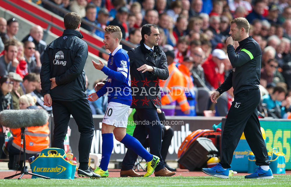 SOUTHAMPTON, ENGLAND - Saturday, April 26, 2014: Everton's Gerard Deulofeu is substituted by manager Roberto Martinez during the Premiership match against Southampton at St Mary's Stadium. (Pic by David Rawcliffe/Propaganda)