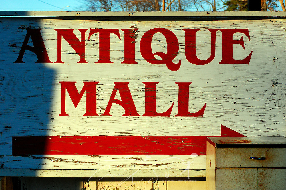 A sign directs visitors to the Antique Mall of Meridian on Roebuck Drive in Meridian, Mississippi. The store is open Mondays through Saturdays from 9 a.m. to 5 p.m. (Photo by Carmen K. Sisson/Cloudybright)
