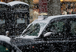 (c) London News Pictures. 18.12.2010. Heavy snow hits Christmas shoppers in Central London. Picture credit should read: Brian Duckett/London News Pictures