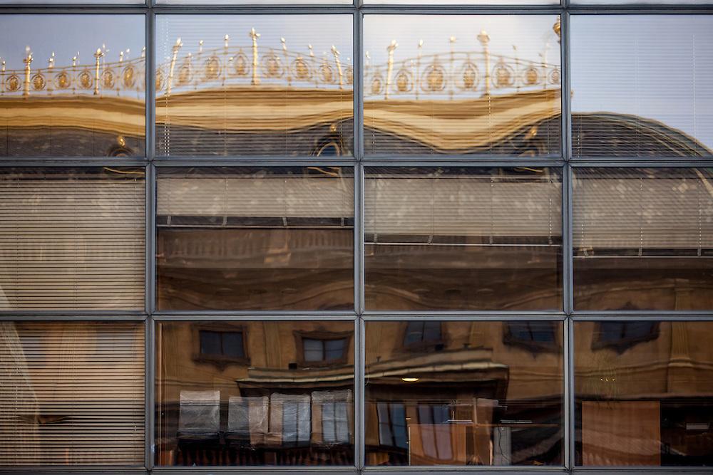 Spiegelung des Nationaltheaters im Nachbargebäude der Laterna Magica.