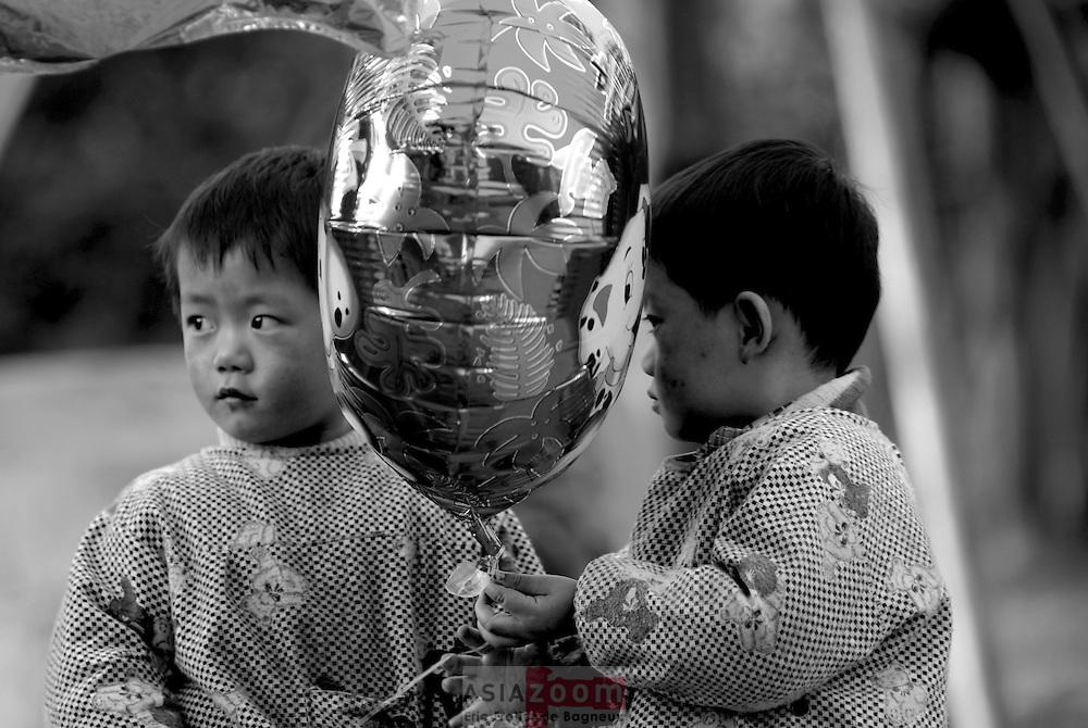 Twins...Shanghai, April 2006<br /> Jumeau a Shanghai en Chine, Avril 2006