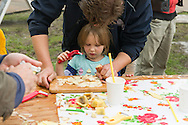 Nederland, Den Bosch, 20140830 <br /> Kinderen maken hun eigen chips van aardappels van de Graafse Akker.<br /> Effect Festival - 30 Augustus 2014, De Gemeint 3, bij het Engelermeer tussen Vlijmen en Den Bosch.<br /> eFFect is een manifestatie van lokale duurzame initiatieven die burgers samen van onderop in het leven zetten. Een marktplaats, maar ook workshops door kunstenaars en muziek optredens. Daarnaast ook veel gezonde en alternatieve eettentjes.<br /> <br /> Netherlands, Den Bosch, 20140830.