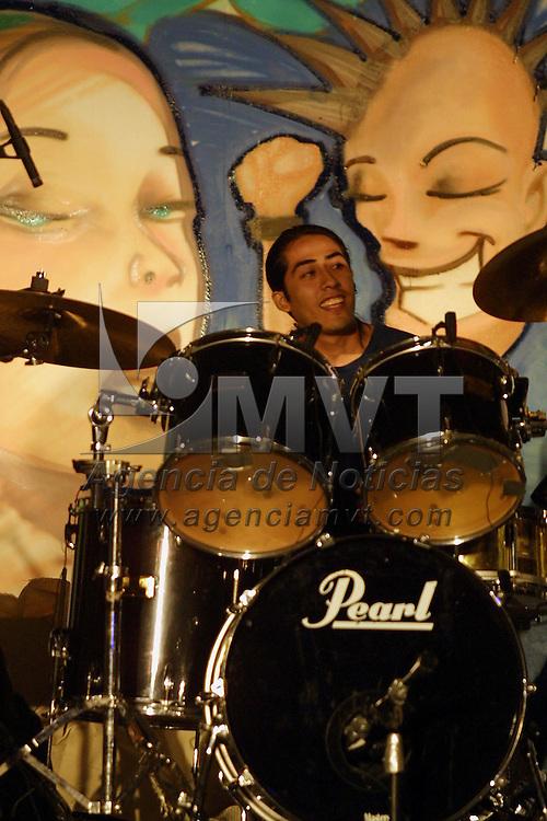 Toluca, M&eacute;x.- Jovenes globalifobicos durante un concierto de rock en protesta a los trabajos de la cumbre de la Organizacion Mundial de Comercio. Agencia MVT / Mario Vazquez de la Torre. (DIGITAL)<br /> <br /> NO ARCHIVAR - NO ARCHIVE