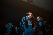 """Novembre 2015. Mostar (Bosnie-Herzégovine). 20ème anniversaire des accords de Dayton (USA) qui ont mis fin à la guerre. Reportage : """"Avoir 20 ans à Mostar"""". Centre culturel Abrasevic. Concert tribute à EKV, groupe mythique yougoslave des années 80 aimé par toutes les communautés. Reconstruit dans les années 2000 après avoir détruit pendant la guerre, ce lieu indépendant est l'un des symboles forts du rassemblement entre les communautés. C'est le lieu où toute la jeunesse se réunit autour d'une programmation de qualité et d'une atmosphère conviviale. Abrasevic développe la scène musicale indépendante dans les Balkans et aide des entreprises sociales à démarrer."""