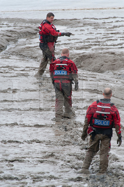 © Licensed to London News Pictures. 01/11/2018. Police divers search for missing mum Sarah Wellgreen in the River Thames by North Star Boulevard, Greenhithe, Kent.. Photo credit: Grant Falvey/LNP