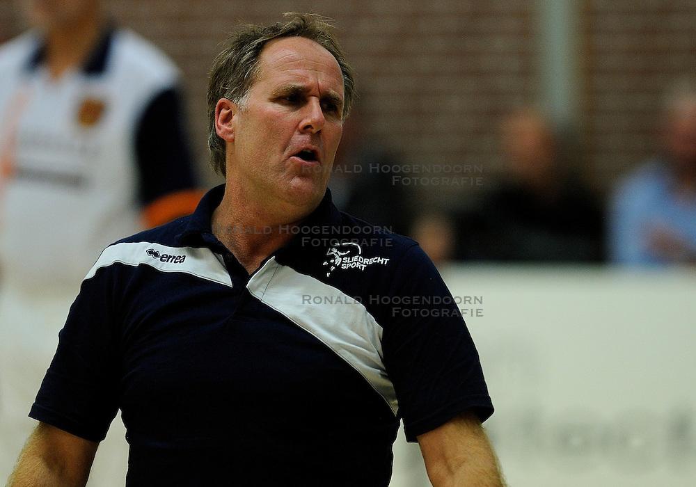 27-10-2012 VOLLEYBAL: VV ALTERNO - SLIEDRECHT SPORT: APELDOORN<br /> Sliedrecht Sport wint met 3-1 van Alterno / Traner/coach Appie Krijnsen<br /> &copy;2012-FotoHoogendoorn.nl