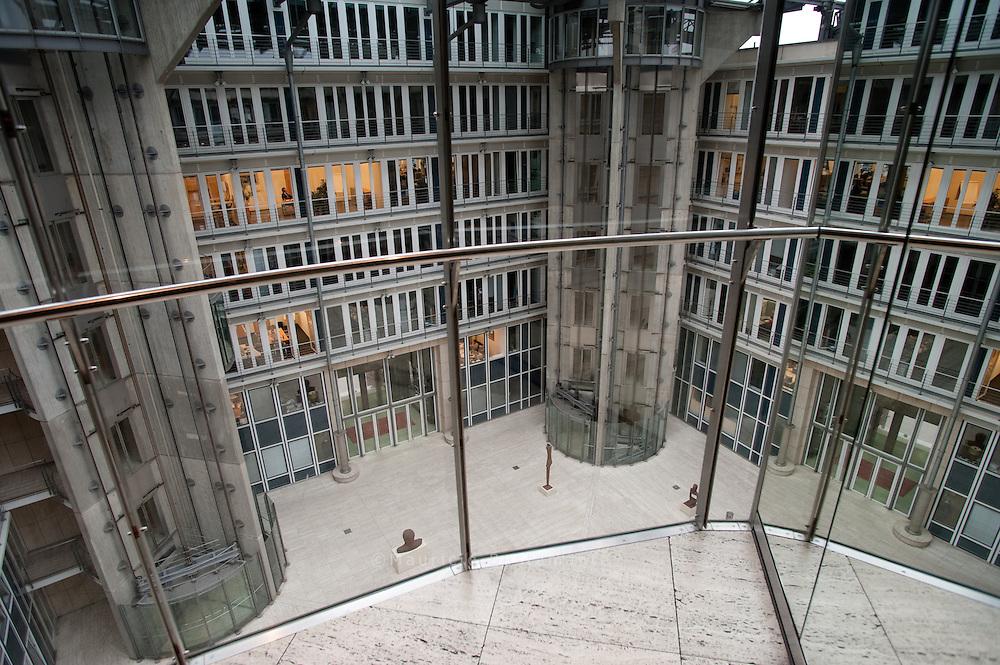 Fahrstühle Neuer Dovenhof, Ein Aufzug der Firma Lutz Aufzüge. Der Aufzug fährt durch das Glasdach