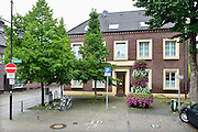 Duitsland, Bracht, 3-8-2016De gesloten praktijk, privaat ziekenhuis, Klaus Ross Center waar een Nederlandse kankerpatient plotseling overleed. Het pand ligt midden in het dorp aan een pleintje. De alternatieve kankerkliniek werkte op basis van biologische medicijnen . De behnadeld arts was een natuurgenezer, heilpraktiker .Foto: Flip Franssen