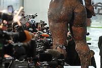 """09 JAN 2007, BERLIN/GERMANY:<br /> Kameras und die Plastik """"Die Philosophin"""" von Markus Luepertz, vor Beginn eins Gruppenfotos nach der gemeinsamen Kabinettsitzung des Bundeskabinetts und der Kommission der Europaeischen Kommission, Bundeskanzleramt<br /> IMAGE: 20070109-02-002<br /> KEYWORDS: Medien, Fotografen, Camera"""
