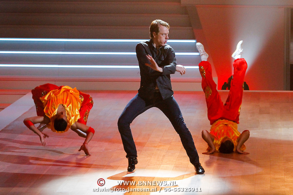 NLD/Hilversum/20121014 - Finale Strictly Come Dancing 2012, Mark van Eeuwen en chinese dansers