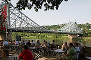 Elbe, Loschwitz, Biergarten Schiller Garten an der Elbe, Blaues Wunder, Dresden, Sachsen, Deutschland. .Dresden, Germany, river Elbe in Loschwitz, Schiller Garten Restaurant on the shore of river Elbe. bridge Blue Wonder
